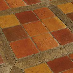 Dans les tons de terre de Sienne et d'ocre, de beaux carreaux qui rappellent une certaine époque. Ici, chaque ensemble de neuf carreaux a été entouré de vieilles planches de bois, pour donner un aspect encore plus ancien au sol.