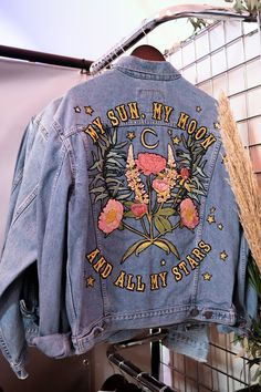 SHOW: A wedding fair for the cool bride, ropa pintada SHOW: A wedding fair for the cool bride, Painted Denim Jacket, Painted Jeans, Painted Clothes, Denim Jacket With Pins, Diy Clothes Paint, Denim Paint, Denim Jacket Patches, Hand Painted, Look Fashion
