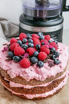 Recipe for easy rye bread cake with raspberry foam, chocolate and fresh berries. A super good layer cake that is great to make if you have some dry rye bread leftover. Indian Pudding, Cake Recipes, Dessert Recipes, Bread Cake, Rye Bread, Curd Recipe, Different Cakes, How To Cook Eggs, No Bake Cake
