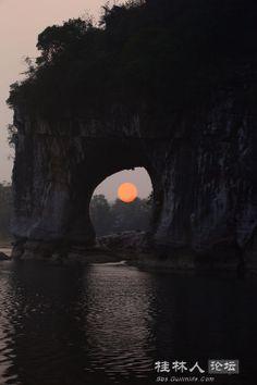 给象鼻山装了个太阳。(多次曝光尝试) - 风姿摄影 - 桂林人论坛 - 桂林生活网