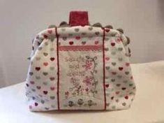 Neceser boquilla invisible (tutorial) – Patchwork Ana y Julia Tutorial Patchwork, Patchwork Bags, Couture, Diaper Bag, Patches, Pouch, Backpacks, Purses, Projects