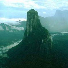 La mitad del territorio del país. El área es rica en recursos naturales como oro, diamantes, hierro y bauxita. Además cuenta con paisajes increíbles en los estados Amazonas, Delta Amacuro, y Bolivar.