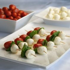 fresh mozzarella balls from Trader (in a tub with olive oil, basil and some spices). Drizzle balsamic vinegar and olive oil over them after assembled, and add salt and fresh ground pepper. Yummy and easy! How to Make a Caprese Salad Appetizer in Minutes Appetizer Salads, Yummy Appetizers, Appetizers For Party, Appetizer Recipes, Dinner Parties, Pinchos Caprese, Great Recipes, Favorite Recipes, Snacks Für Party