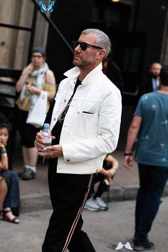 The Best Street Style from London Fashion Week Men's WATCH<br> The Spring/Summer 2020 show season is here—and so are these excellent fits. London Street Style Men, Street Style 2018, London England, Men Fashion Show, Mens Fashion, Style Fashion, Streetwear, Man About Town, Sustainable Clothing