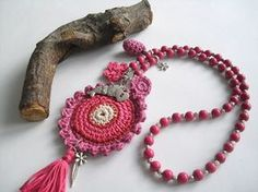 necklace with crochet pendant: