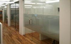 Использование цельностеклянных перегородок с другими перегородками в офисе