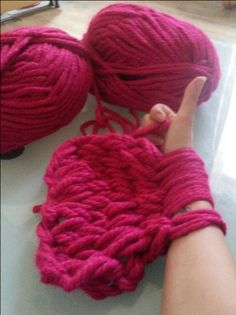Armstricken: Du willst superschnell und einfach einen Schal stricken? Hier findest Du eine Anleitung, um einen Loopschal mit den Armen zu stricken.