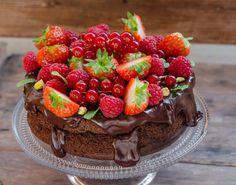 Desi campania#ManancResponsabildeSarbatorisustinuta deAlimentespeciale.ros-a incheiat deja, eu continui si astazi sa postez o ultima reteta pentru ca mi-a placut mult aceasta campanie. In prima postare, cea cu turta dulce low carb am vorbit despre beneficiile dietei low carb si cat de important este sa ne gandim si la cei care au anumite afectiuni si … Low Carb Chocolate Cake, Sugar Free Desserts, Healthy Sweets, Healthy Nutrition, Raspberry, Cheesecake, Deserts, Good Food, Cooking