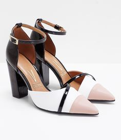 5818c4471 Sapato feminino Material  sintético Modelo scarpin Tricolor Marca  Vizzano  Bico fino Salto grosso COLEÇÃO