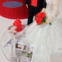 Detalhes dos Noivinhos Bombeiro e Arquitetos 😍 #topodebolocasamento #noivobombeiro #noivinhosarquitetos #weddings #noivas #vestidodenoiva #weddingdresses #casar #noivasp #noivos #noivinhosdiferente #noivinhospersonalizados #buquevermelho #caraarteembiscuit #noivasrio #noivinhosprofissões #noivinhoscaraarteembiscuit #noivointer #universodasnoivas #plantabaixa #bombeiro #arquitetos