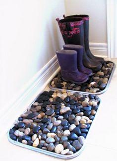 рязь с обуви, с которой не справляется ни один придверный коврик, останется на подушке из камней. Красиво и толково.