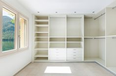 The cabinets are simple and open-type despite the large floor area of the closet, and are laminated in white.
