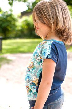 LINUS ist ein Basic-Allround-Schnittmuster für Kindershirts: In seiner Grundform ist er leicht zu nähen. Durch Details wie Brusttasche, Knopflasche oder individuelle Teilungen wird LINUS zum individuellen Einzelstück. Wie Du die asymmetrische Teilung ganz leicht selber machen kannst, erfährst Du im Ebook. Gr.: 92-140, Passform: slim und normal. #nähenfüranfänger #schnittmuster #nähenfürkinder