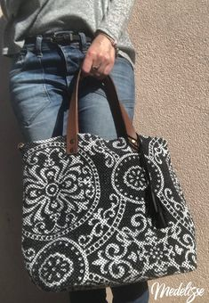 Practical and trendy tote bag. Chic and elegant, he wears his shoulder, his arm or his hand. It fits all your fashion, class or casual needs. Original and unique craft creation Medelisse. Outside: – black and white baroque woven cotton – leather tassels - Ankara Bags, Sacs Design, Carpet Bag, Boho Bags, Jute Bags, Fabric Bags, Felt Fabric, Denim Bag, Denim Jeans