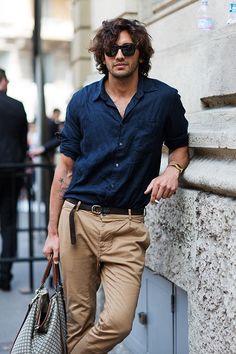 青シャツを使ったワイルドなメンズファッション