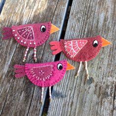 Tre rosa fåglar sällar sig till flocken! #brodera #broderi #brosch #färg #färga #fåglar #fågel