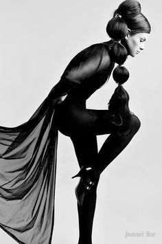 Photo Cred: Jamari Lior Photography: http://www.jamari-lior.com | Fashion Art in an Artsy Pose | Editorial - Portrait - Fashion - Photography - Black and White - Pose Idea / Inspiration