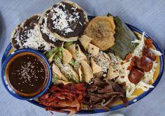 Si estás de visita en Oaxaca hay tres platillos que no te puedes quedar sin probar: las memelitas, los exquisitos tamales y el mole oaxaqueño.