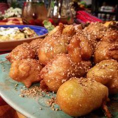 Αυτοί οι λουκουμάδες! Αχ αυτοί οι λουκουμάδες είναι σαν να είσαι σε όνειρο και να δαγκώνεις τρυφερό σύκκεφο μελιού! Τόσο μελένιοι! Δοκίμασε τους! Greek Sweets, Brunch, Sweets Cake, Greek Recipes, Pretzel Bites, Chocolate Cake, Donuts, Banana Bread, Sweet Tooth