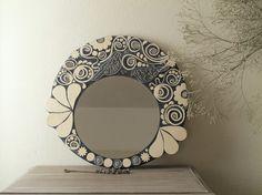 Miroir rond mosaïque noir et blanc oiseaux, volutes, fleurs