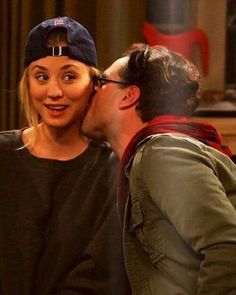 Johnny Galecki and Kaley Cuoco as Leonard & Penny in The Big Bang Theory The Big Theory, Big Bang Theory Funny, Tbbt, Leonard And Penny, Johnny Galecki, Netflix, Jim Parsons, Big Bang Top, Film Serie