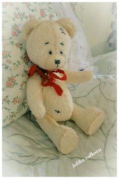 Купить или заказать Тедди Молочный мишка в интернет-магазине на Ярмарке Мастеров. Малыш Тедди, молочного цвета. Сшит из немецкой вискозы, наполнен опилками, утяжелен стеклянным гранулянтом. Высота 19 см. Соединение - шплинты. Мишка тяжеленький , очень приятно его держать в руках. Сам сидит и стоит. На шее колокольчики с шебби- лентой.
