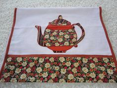 "Pano de prato ""Bule florido""                                                                                                                                                     Mais Applique Patterns, Applique Designs, Dish Towels, Tea Towels, Patchwork Table Runner, Diy And Crafts, Arts And Crafts, Sewing Projects For Beginners, Kitchen Towels"