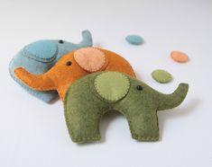 ll Cartamodello e il Tutorial di un elefantino in feltro. Bello così, da regalare, oppure per fare una giostrina per culla, o un portachiavi o per decorare un portafoto, o... &...