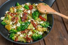 Kartoffel-Brokkoli-Pfanne mit Feta If you like broccoli, like I am, then you are well served with this potato-broccoli-pan with feta and dried tomatoes. Healthy Eating Tips, Easy Healthy Recipes, Veggie Recipes, Diet Recipes, Easy Meals, Food Words, Vegetable Drinks, Queso Feta, Dried Tomatoes