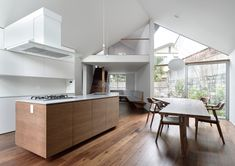 Image 3 of 31 from gallery of Gable Roof House / Alphaville Architects. Photograph by Yasutake Kondo Cottage Kitchen Cabinets, Black Kitchen Cabinets, Painting Kitchen Cabinets, Gable Roof Design, Beige Cabinets, Cabinet Door Styles, Black Countertops, Wooden Buildings, Roof Styles