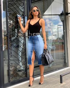 Saia midi jeans, body preto e scarpin. Source by casual Denim Fashion, Look Fashion, Fashion Outfits, Fashion Design, Classy Outfits, Stylish Outfits, Elegant Outfit, Skirt Outfits, Denim Pencil Skirt Outfit