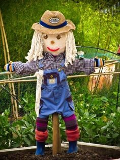 Kids And Scarecrow Gardens: How To Make A Scarecrow For The Garden - Garden scarecrows can be found in many gardens. Perhaps you've wondered what purpose they serve and how to make a scarecrow for your own garden. Find out in this article. The Scarecrows Wedding, Scarecrows For Garden, Garden Club, Garden Art, Garden Design, Garden Kids, Gardens For Kids, Gardening With Kids, Garden Crafts For Kids