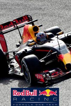 RED BULL Sede: Milton Keynes (GBR)  Jefe de equipo: Christian Horner  Director técnico: Adrian NeweyPilotos: Daniel Ricciardo (AUS) | Daniil Kvyat (RUS)  Monoplaza: RB12  Motor: Renault   Primera temporada: 1997   Mundiales: 4  Victorias: 50  Podios: 85 Poles: 57