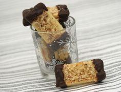 Mürbteig Eidotter mit Milch (zum Bestreichen) Nüsse (gehackt, zum Bestreuen) Marmelade  Schokolade (zum Glasieren)