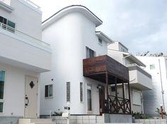 神戸市・北野町の木造住宅。ロフトの窓から屋根景色、そして海が見える! Kobe, Mansions, House Styles, Home Decor, Mansion Houses, Homemade Home Decor, Villas, Fancy Houses, Interior Design