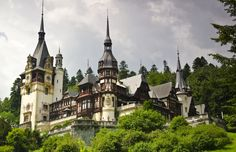 Peles Castle in Sinaia, Romania. Once of the most beautiful castles on Earth! Unique Honeymoon Destinations, Honeymoon Spots, Us Destinations, Vacation Spots, Cheap Places To Travel, Cheap Travel, Lonely Planet, Islas Cook, Peles Castle
