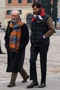 ブラックのダウンベストとブラウンジャケットでモダンな色合わせを表現した洒脱なコーディネート Old Man Fashion, Winter Fashion, Mens Fashion, Dapper Gentleman, Gentleman Style, Burberry Men, Gucci Men, Old Man Outfit, Casual Outfits