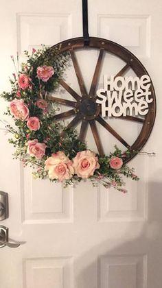 I love this wagon wheel look. Wagon Wheel Decor, Rustic Decor, Farmhouse Decor, Home Crafts, Diy And Crafts, Diy Headboards, Colorful Curtains, Front Door Decor, Diy Wreath