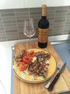 Un buen vino tinto, unas chuletitas de cordero y su buen tomate! ❤️
