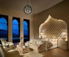 marokkanisches haus schmale Fenster mit Arkaden                              …