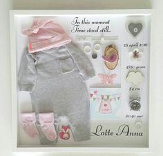 Geboortelijst met het eerste pakje ● Troetel.com . . . #geboorte #geboortebord #geboorteborden #babykleding #pakje #wandbord #tekstbord #decoratie #babykamer #kraamcadeau