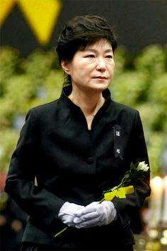 박근혜 대통령이 '세월호 사고 희생사 정부 합동분향소'를 찾아 조문하고 유가족들을 위로했습니다.