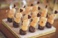 Docinhos no copo, uma ideia simples e bonita para decorar uma mesa de doces