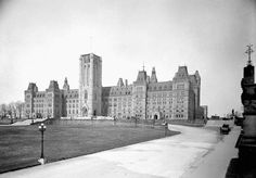 View enlarged image of the Centre Block with the Peace Tower under construction in April 1922 Ottawa, Photos Du, Old Photos, Capital Of Canada, House Of Commons, Canada Travel, Photo Archive, Ontario, New York Skyline