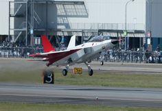 初飛行する国産初のステルス実証機「X2」=2016年4月22日、愛知県豊山町【時事通信社】 国産のステルス戦闘機開発に向け、三菱重工業などが製造したステルス実証機「X2」が22日午前、愛知県営名古屋空港を離陸し、初飛行した。 約25分間飛行