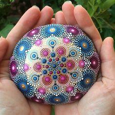 Un favorito personal de mi tienda de Etsy https://www.etsy.com/es/listing/532659170/gorgeous-hand-painted-sea-stone