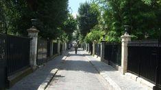 La Cité des Fleurs est située dans le quartier des Épinettes dans le 17ème arrondissement de Paris, cette allée piétonne qui relie l'avenue de Clichy à la rue de la Jonquière est une véritable parenthèse enchantée.  cite-des-fleurs
