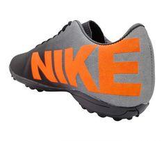 9556a71d52 Chuteira Society Nike Prata e Preto - Cabedal confeccionado em material  sintético. Conta com fechamento