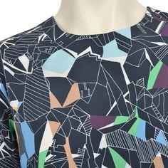 Flot løs kjole fra Carin Wester med rund hals og smukt print.  Lukkes med lille knap i nakken.    Detaljer    - 100% Polyester.  - Måler 87 cm foran og 95 cm bagpå i str XS.  - Skal håndvaskes.