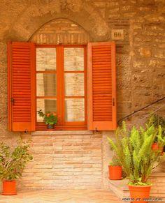 Che ne dite di queste coloratissime finestre tinte di #arancione?